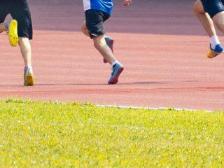 Sportler auf Tartanbahn